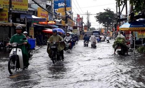 Mới mưa giải nhiệt, đường phố Sài Gòn đã ngập mênh mông