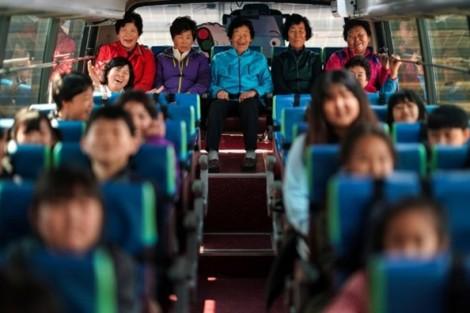 Hàn Quốc: Thiếu vắng trẻ em, các bà đến trường tiểu học cùng cháu ở tuổi thất thập