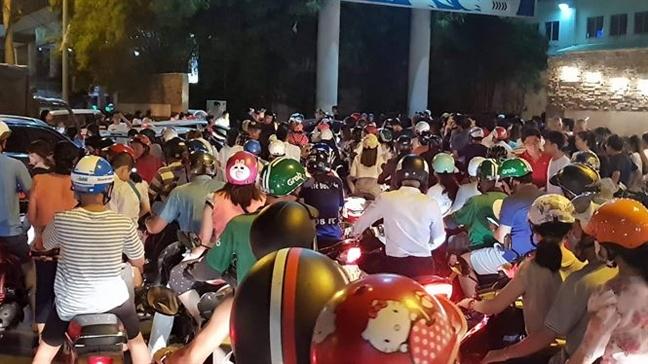 TP.HCM: Nguoi dan co thoat khoi 'bien nguoi' xem phao hoa