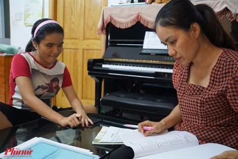 Cô gái mù hát lên tiếng lòng người mẹ