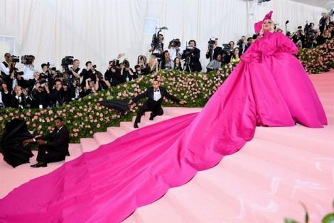 Met gala 2019: Lady Gaga 'lột đồ' ngay trên thảm đỏ