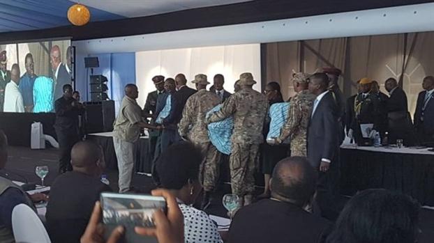 Botswana tang lanh dao cac nuoc lang gieng 'ghe lam tu chan voi'