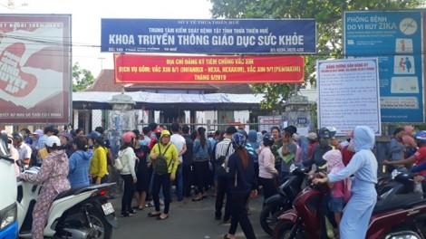 Người dân chen lấn đăng ký tiêm vắc-xin 6 trong 1 cho trẻ