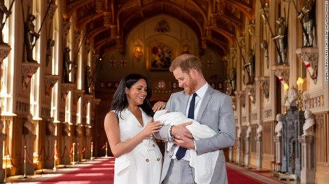 Vợ chồng Hoàng tử Harry cùng cậu con trai mới sinh ra mắt công chúng