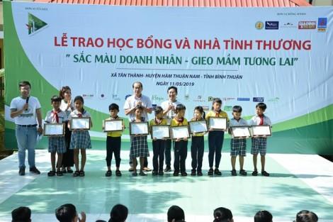 Trao 50 học bổng cho học sinh nghèo Bình Thuận
