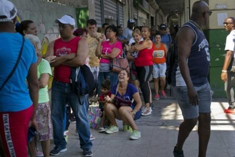 Người dân Cuba xếp hàng mua nhu yếu phẩm
