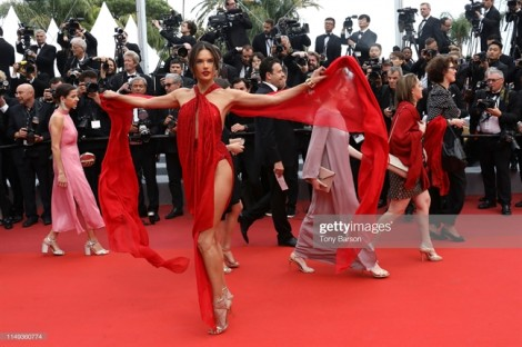Vẻ đẹp nữ tính, sang trọng chiếm lĩnh Cannes 2019 ngày thứ hai