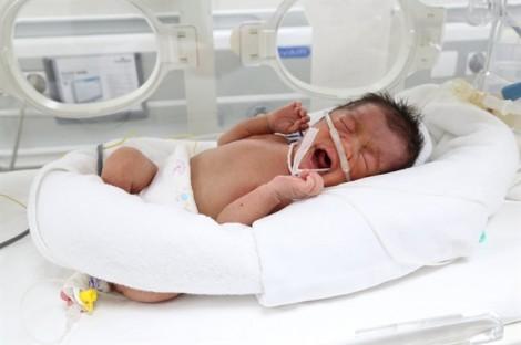 Xót xa bé sơ sinh bị bỏ rơi bên ven đường