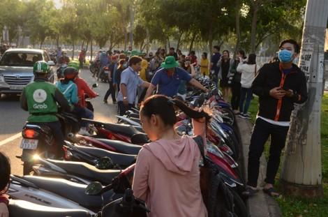 Cận cảnh thả hoa đăng cầu an trên kênh Nhiêu Lộc