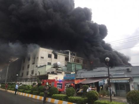 Đang cháy lớn trong khu công nghiệp Việt Hương, lửa khói mịt mù