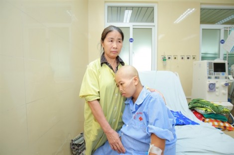 Phó mặc ung thư giai đoạn cuối, mẹ quyết giữ cho con được làm người