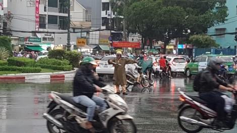 Dừng xe trú mưa dưới gầm cầu vượt rất nguy hiểm tính mạng