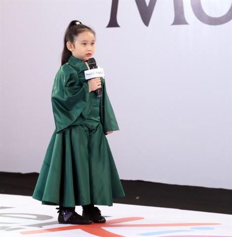 Những bộ trang phục người lớn được mặc cho trẻ em