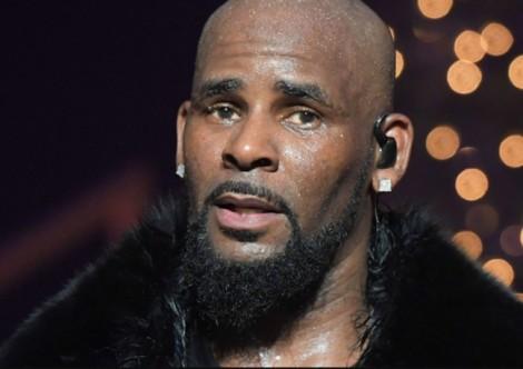 Ca sĩ giành giải Grammy R. Kelly bị buộc tội tấn công tình dục trẻ vị thành niên