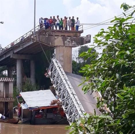'Cầu BOT ở đường làng' đổ sập khi vừa ngưng thu phí