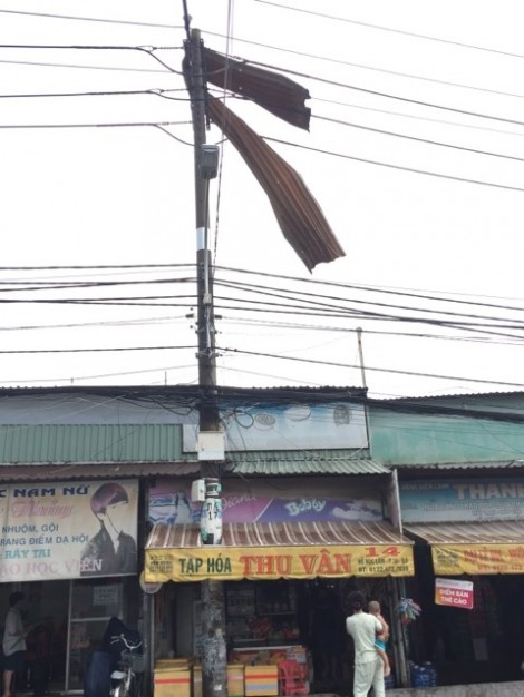Rùng mình cảnh gió lớn cuốn mái tôn găm vào đường dây điện