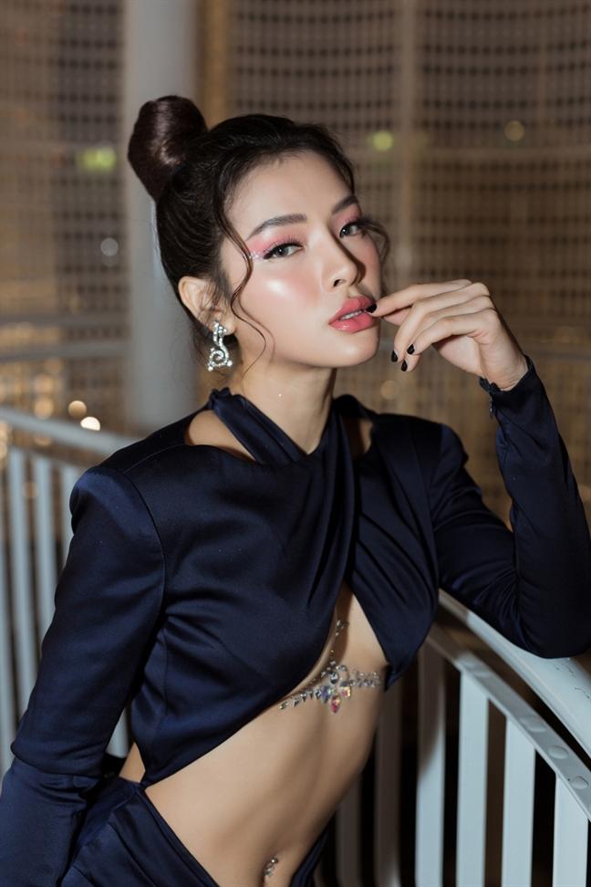Phuong Trinh Jolie gay tranh cai voi dam lo nua nguc