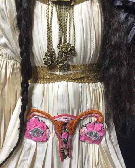 Loạt thiết kế thời trang bị chỉ trích vì họa tiết nhạy cảm