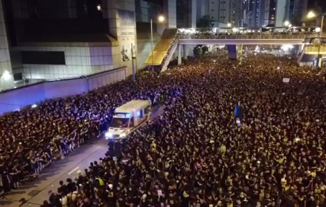 Clip người biểu tình Hồng Kông nhường đường cho xe cấp cứu