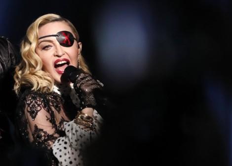 Madonna: Tình yêu của người mẹ trong vầng hào quang nữ hoàng