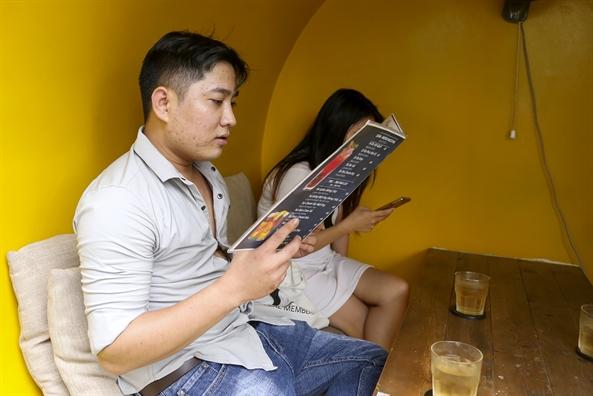 Ngoi trong ong cong thuong thuc ca phe o Sai Gon