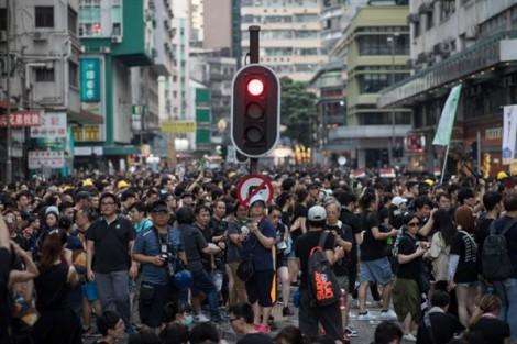 Báo Trung Quốc nói, phụ huynh Hồng Kông biểu tình phản đối sự can thiệp của Mỹ