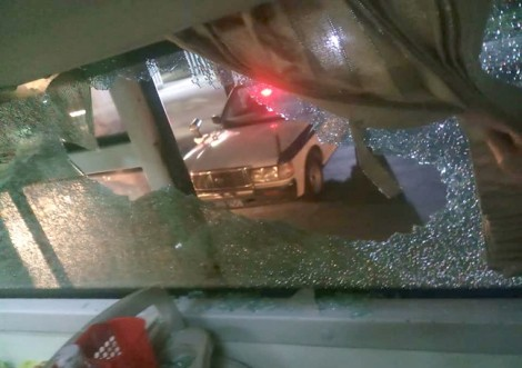 Truy tìm nhóm thanh niên ném vỡ kính xe khách làm 1 phụ nữ bị thương