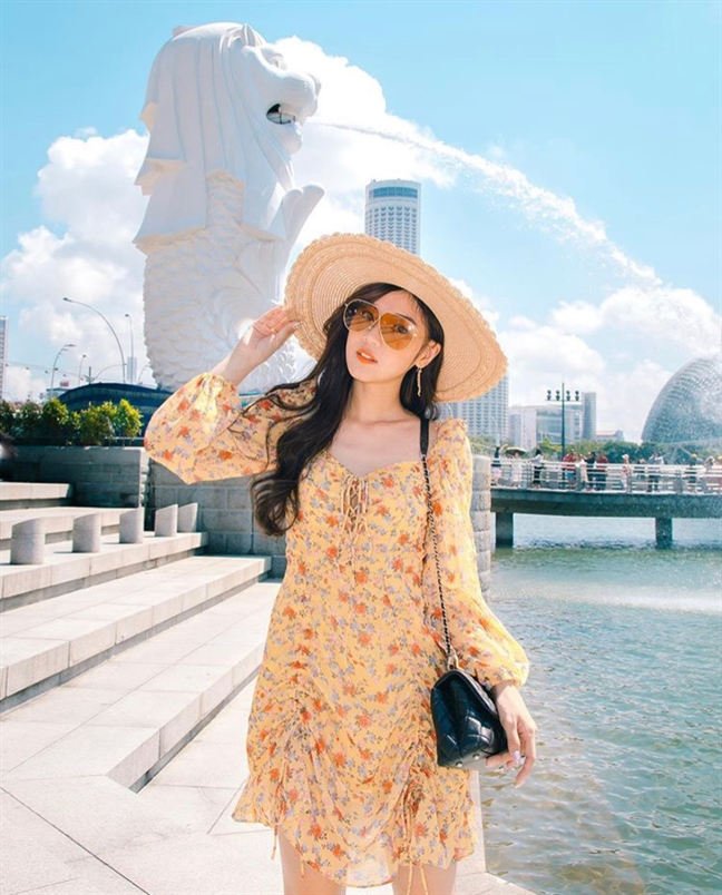 My nhan Viet lang xe trang phuc hoa tiet nhiet doi