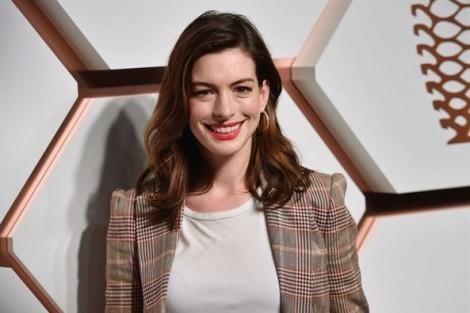 Học Anne Hathaway cách 'hô biến' mình thành cô nàng sành điệu trong 'The Hustle'