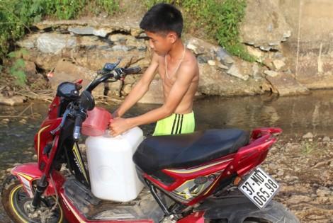 Giếng nước trơ đáy, hàng trăm gia đình khổ sở vào khe suối lấy nước về dùng