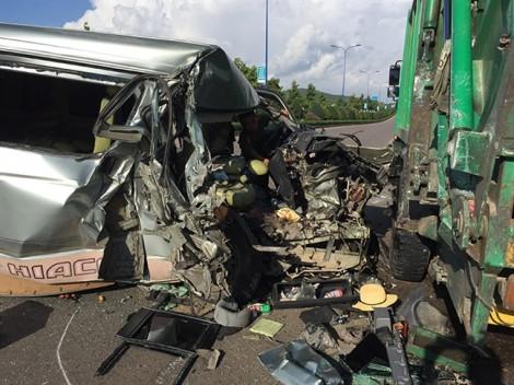 Xe 16 chỗ tông xe chở rác sau khi tài xế xin dừng xe... ngủ