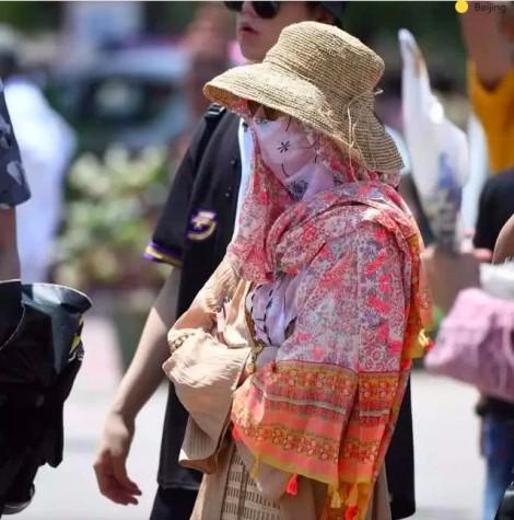 Muôn kiểu trốn nắng 'không đỡ nổi' của sao nữ Hoa ngữ