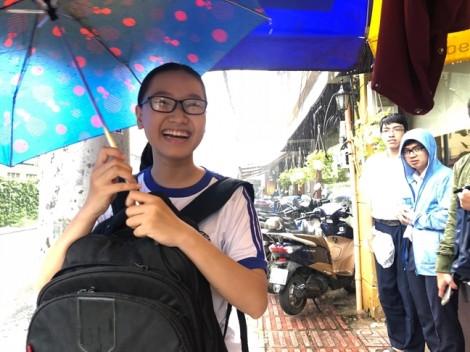 Hơn 71.000 thí sinh Sài Gòn đội mưa làm thủ tục dự thi THPT quốc gia