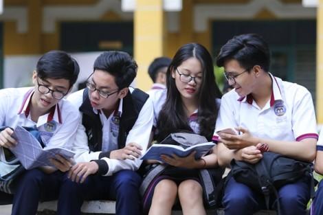 Sĩ tử Sài Gòn vội vàng đến phòng thi muộn vì kẹt xe