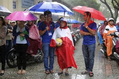 Phụ huynh đội mưa lớn đón sĩ tử ở Sài Gòn