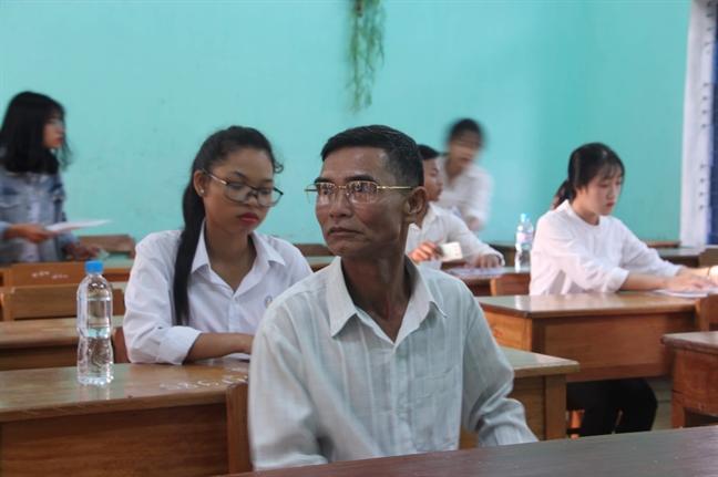 Nguoi dan ong 55 tuoi quyet tam thi dau tot nghiep THPT