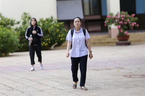 Kết thúc môn thi tổ hợp khoa học tự nhiên, thí sinh buồn bã rời phòng thi