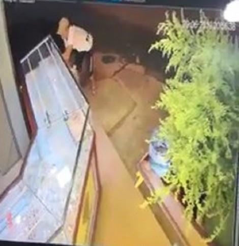 Bắt kẻ xông vào tiệm vàng đập tủ kính cuỗm dây chuyền