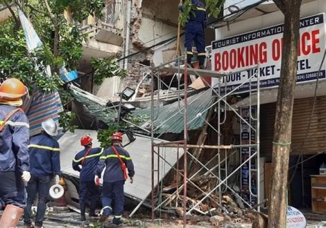 Nhà 2 tầng sập gây mất điện cả dãy phố Hàng Bông