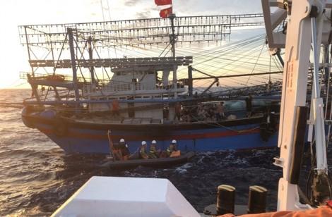 Gió giật cấp 5, thợ lặn vẫn quyết xuống đáy biển tìm kiếm 9 ngư dân mất tích