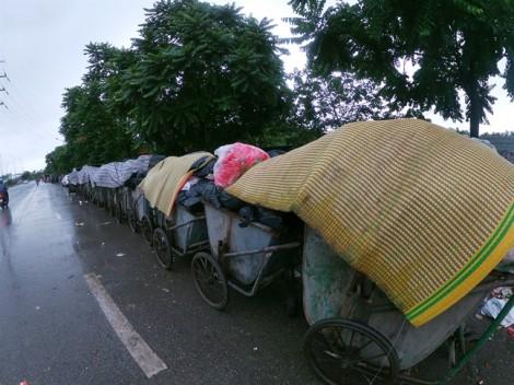 Nhiều tuyến phố Hà Nội bốc mùi vì những 'núi rác' đắp chiếu phủ bạt chờ đi tập kết