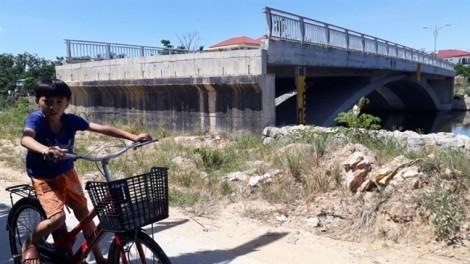 Cây cầu tốn 32 tỷ đồng, xây xong chỉ để… dân chửi