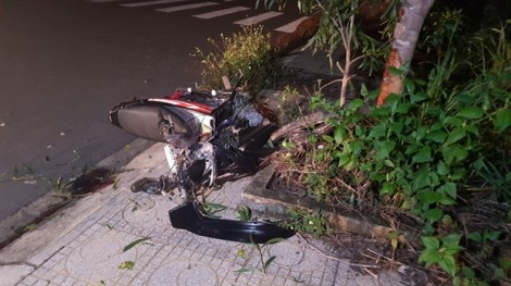 Đua xe trên đường vắng, thanh niên 17 tuổi tông vào gốc cây sưa, chết tại chỗ