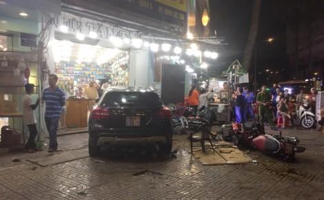 Bất ngờ lao lên vỉa hè, nữ tài xế 'càn quét' 6 xe máy, nhiều người bị thương