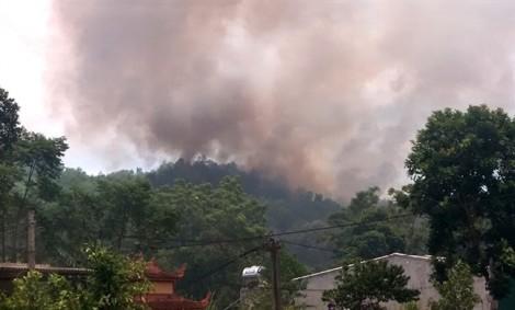 Rừng ở Hà Tĩnh lại cháy lớn trong nắng nóng và gió Lào ngay sát đường dây điện