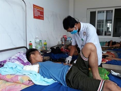 Nam thanh niên bị cắt cụt cánh tay do đắp lá thuốc trị rắn độc cắn