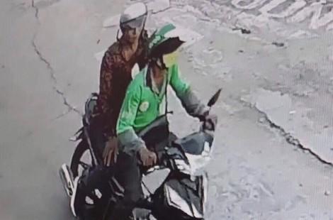 Thanh niên bất ngờ rút dao rọc giấy kề cổ, cướp xe máy Grab