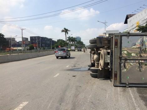 Hóa chất độc hại từ chiếc xe tải lật theo cống chảy ra sông Đồng Nai