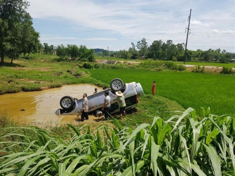6 người thương vong khi xe 7 chỗ lật ngửa dưới ao sau cú ôm cua gấp