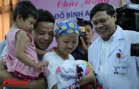Nước mắt hạnh phúc của người mẹ ung thư giai đoạn cuối đến bệnh viện đón con về